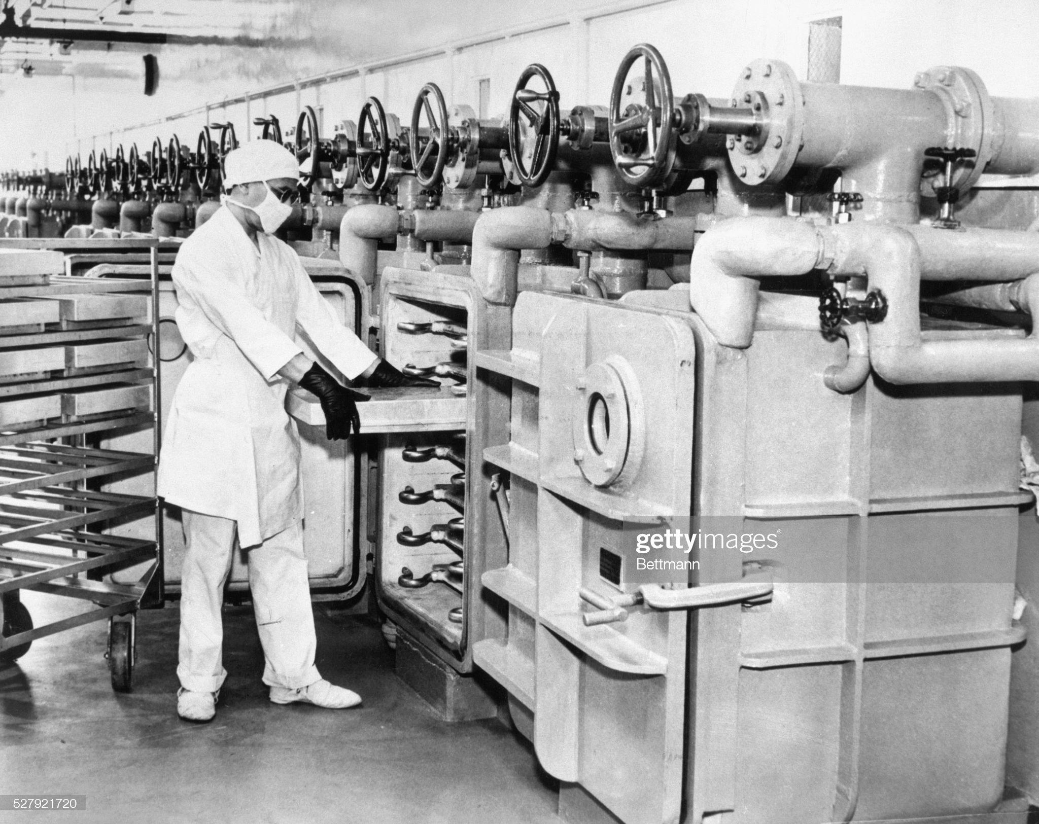 Worker Preparing Penicillin : News Photo