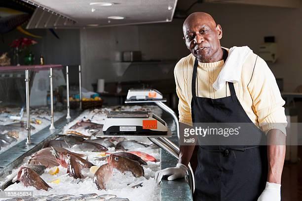 Arbeiter hinter der Theke im fish market