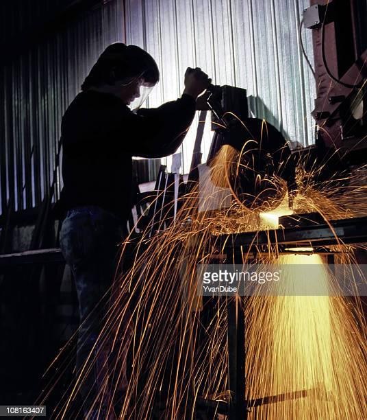trabajador cortar metal o acero crear efecto de chispas - romper el hielo fotografías e imágenes de stock