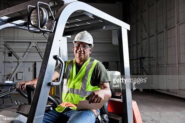 Trabajador conducir una carretilla elevadora