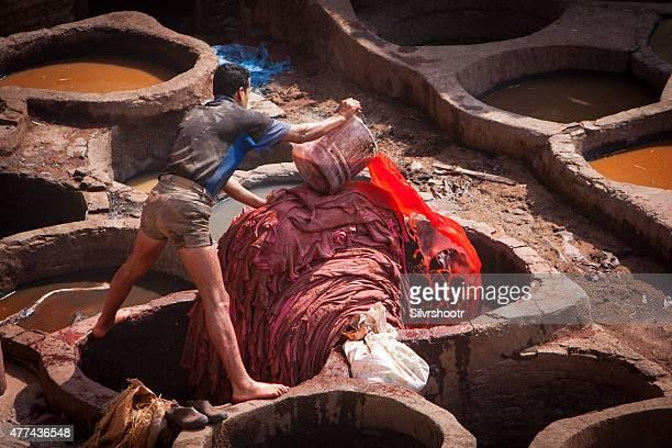 trabalhador corantes em couro curtume no fez marrocos. - tintura - fotografias e filmes do acervo