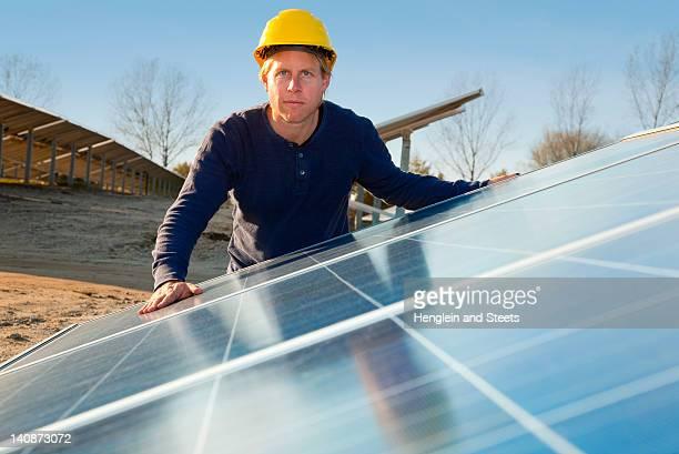 Arbeiter untersuchen Solarkollektoren