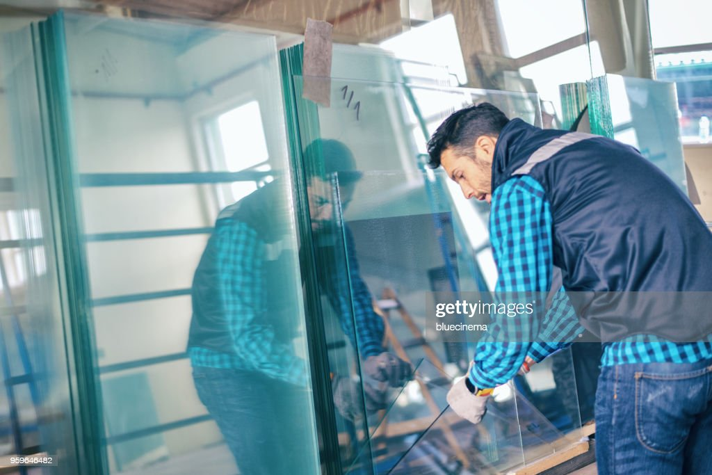 Umgang mit Glasscheibe im Warehouse Worker : Stock-Foto