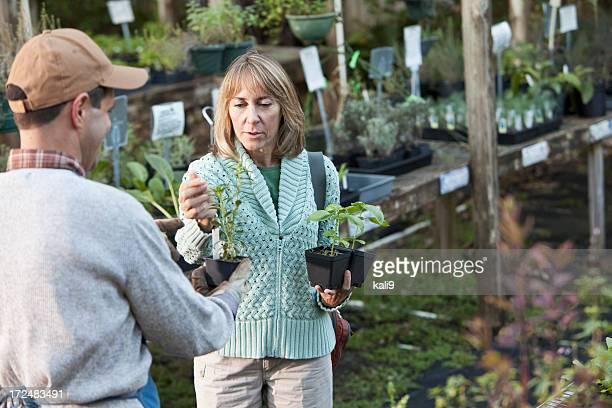 Arbeiter hilft Kunden im Garten-center