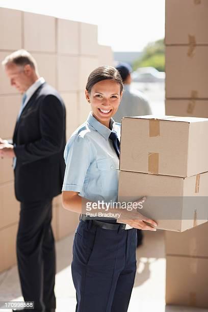 Worker holding Karton in Versand-Bereich