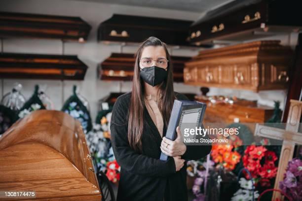 arbeiter in einem bestattungshaus - sarg stock-fotos und bilder