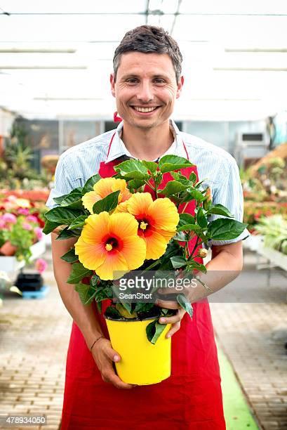 Travailleur dans un jardin du magasin