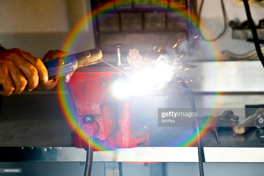 Worker in action with no protection gloves : Stockfoto