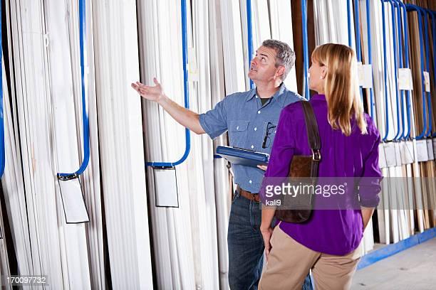 Arbeiter im Gebäude supply store helfen Kunden