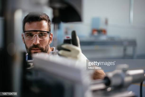 werknemer in fabriek - machinerie stockfoto's en -beelden