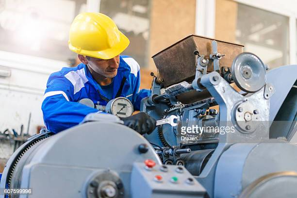 worker in factory repairing hydraulic press and roll bars - manufacturing equipment stock pictures, royalty-free photos & images