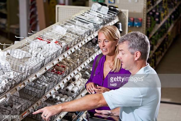 Arbeiter im Baumarkt helfen Kunden