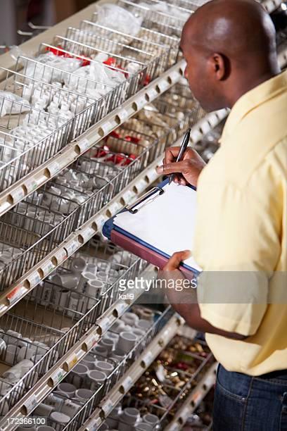 Arbeiter im Baumarkt die Verfügbarkeit