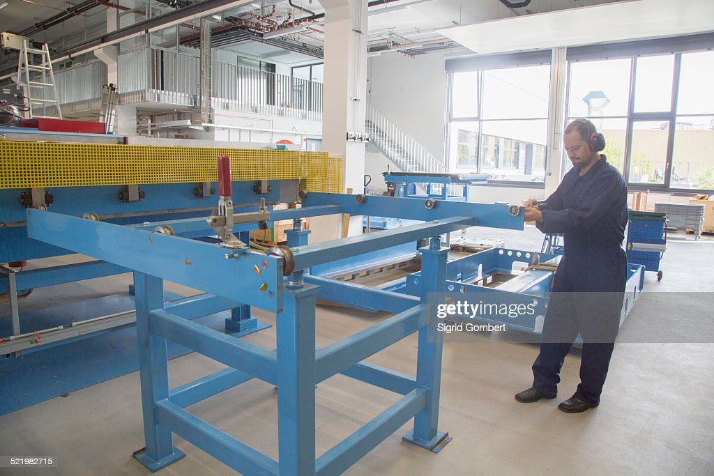 Worker in industrial plant : Stock-Foto