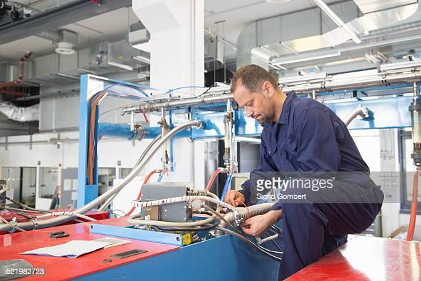 worker in industrial plant - sigrid gombert - fotografias e filmes do acervo