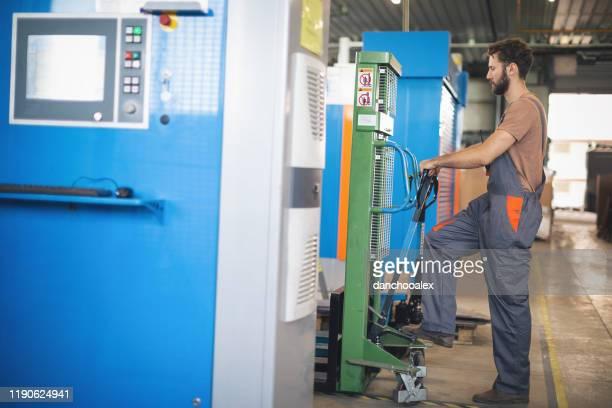 arbeiter in den werksprogrammiermaschinen - rechnerunterstütztes konstruieren stock-fotos und bilder