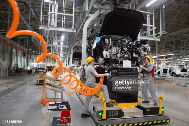 Worker install engine blocks into a Haval F7 crossover sport