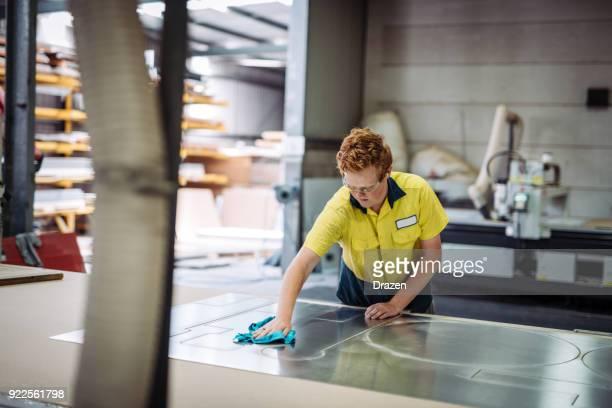 Travailleur est nettoyer le tableau de l'alliage après traitement de machine