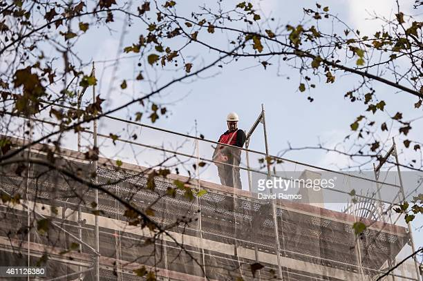 A worker labors on a construction site of a offices block on January 7 2015 in Barcelona Spain The Spanish labor market has finally begun to seen...