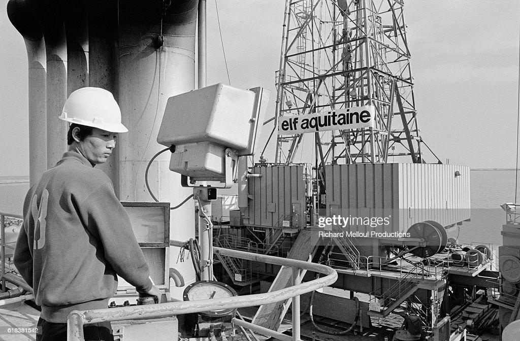 Worker at Elf Aquitaine Oil Rig : Photo d'actualité