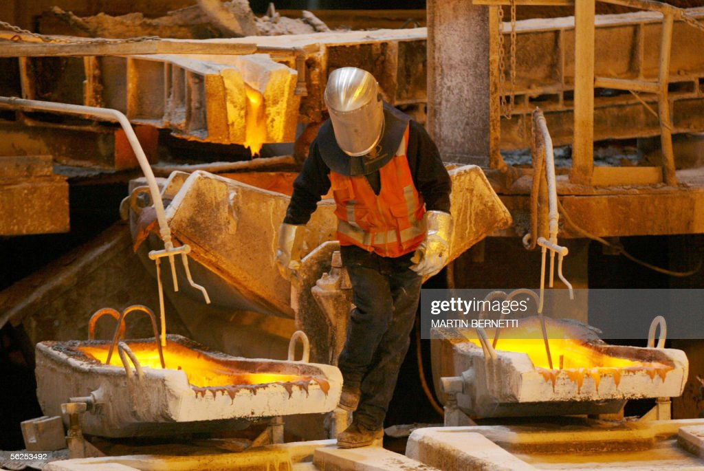 TO GO WITH AFP STORY A worker negociates : News Photo