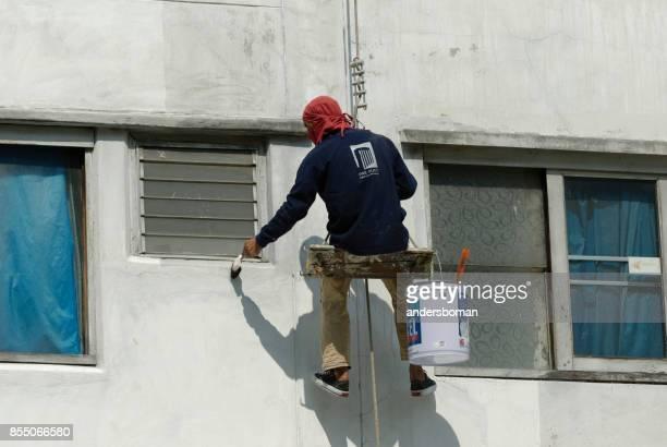 Façade de travailleur peinture maison mur à bangkok Thaïlande