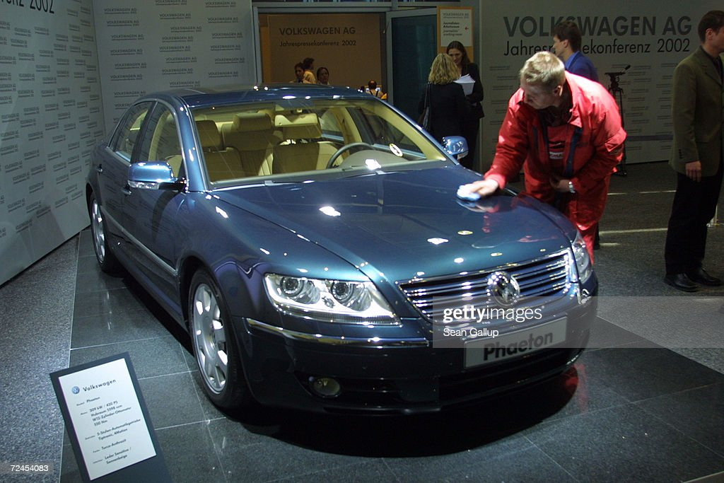 A Worker Polishes The Phaeton Volkswagen Ags New Luxury Car At The