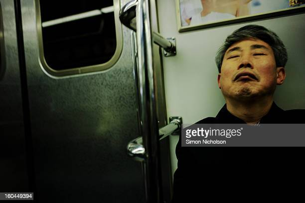 CONTENT] A worker sleeps on his subway ride into work