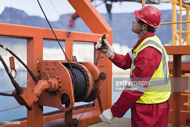 travailleur sur la plate-forme pétrolière spooling cordon de serrage - débardeur photos et images de collection