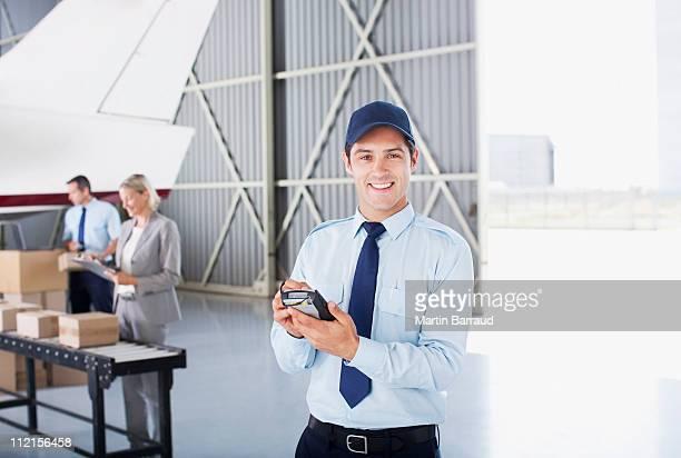 Trabalhador em pé hangar