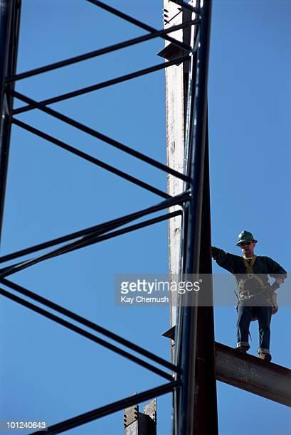 worker standing on steel i-beam - viga i - fotografias e filmes do acervo