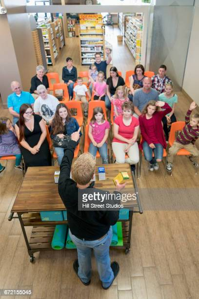 worker teaching class in nutrition store - health food shop stock pictures, royalty-free photos & images