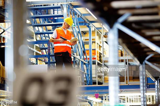 Arbeiter mit digitalen tablet im warehouse