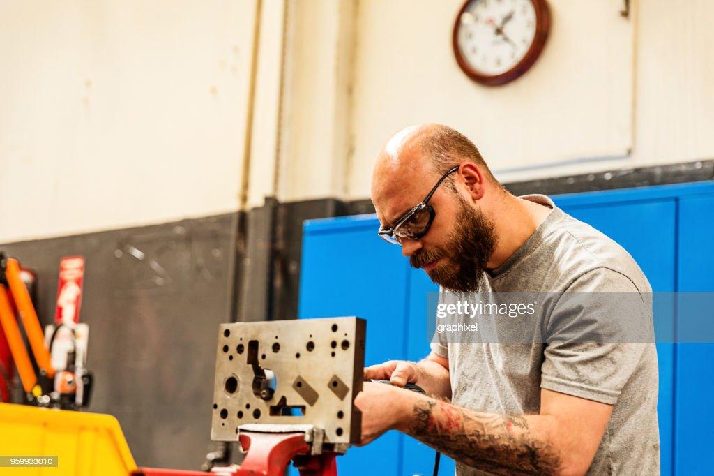 Arbeiter mit Bohrer in Fabrik : Stock-Foto