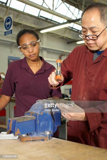 ハンマーで工場の労働者を使用 - キングストンアポンテムズ ストックフォトと画像
