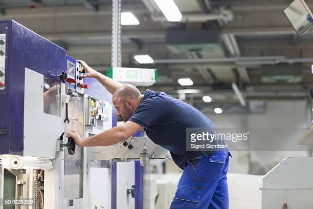 worker using machine in paper packaging factory - sigrid gombert 個照片及圖片檔