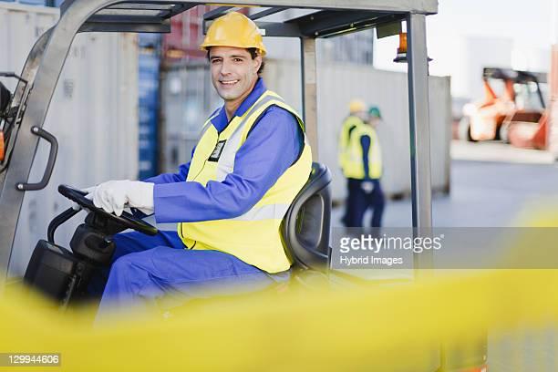 Arbeiter, die Maschinen in Versand yard