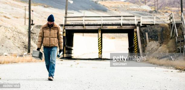 Arbeiter Spaziergänge entlang der Straße mit Brücke im Hintergrund