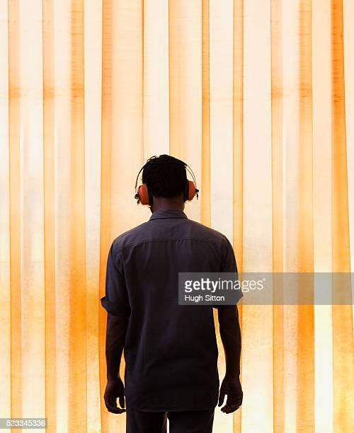 worker wearing ear protectors - hugh sitton photos et images de collection
