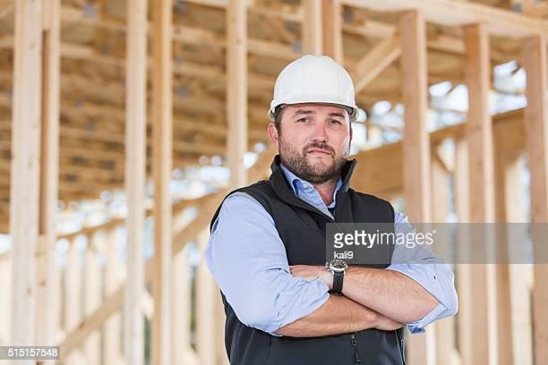 Arbeiter tragen Bauarbeiterhelm auf Baustelle