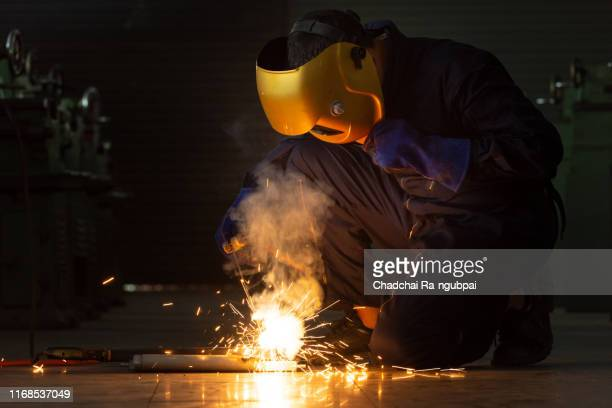 """worker welder working welding steel in industry with safety mask safety gloves and safety equipment. wolker """"rwelding concept. - fabricage apparatuur stock pictures, royalty-free photos & images"""