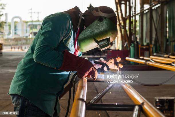worker welding the steel structure - fabricage apparatuur stock pictures, royalty-free photos & images