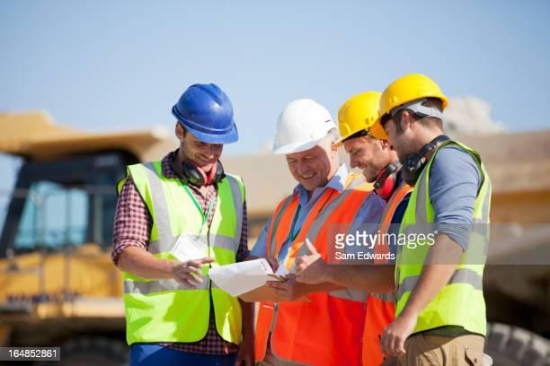 Los trabajadores y empresario hablando en quarry