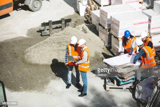 Arbeiter und Ingenieure auf Baustelle