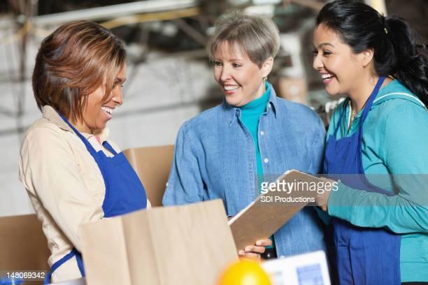 Travailleurs dans l'usine de rire ensemble