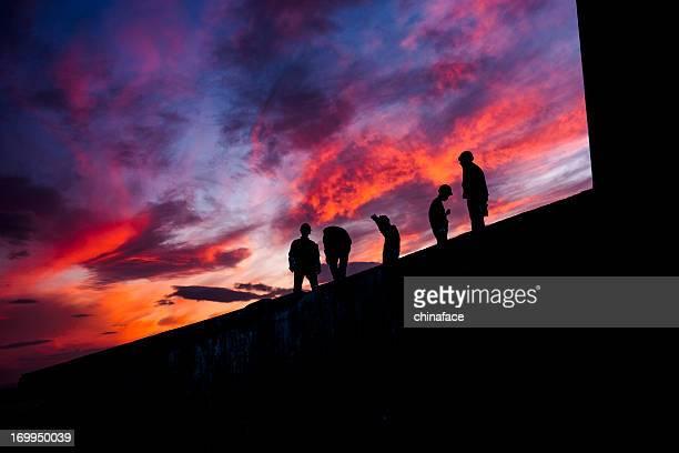 Arbeitnehmer bei Sonnenuntergang