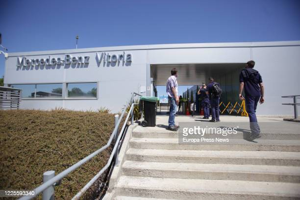 Workers at the Mercedes-Benz plant in Vitoria enter the facilities after the resumption of the activity of its three production shifts this Monday,...