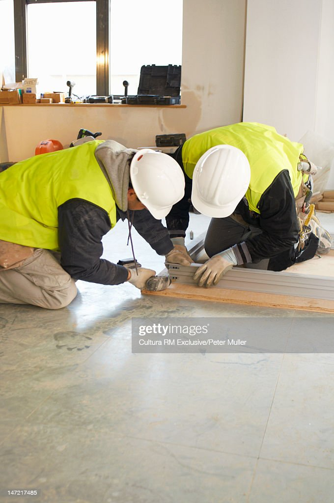 Workers building on site : Stockfoto