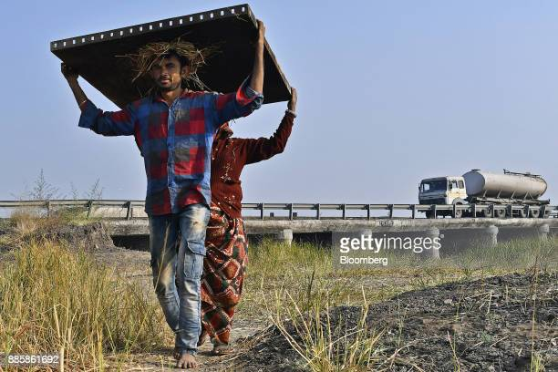 Workers carry building materials on a project site for a 920squarekilometer industrial area located on the DelhiMumbai Industrial Corridor near the...