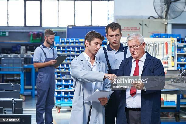 員は、製品を確認する